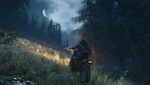 Deacon grimpe une colline à moto de nuit, la lune et les étoiles occupant le ciel.