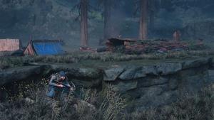 Deacon s'infiltre dans un camp ennemi, caché derrière un rocher, en attente d'une bonne opportunité.