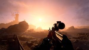 Notre protagoniste se tient dans un terrain aride avec des rochers et ruines visibles au loin.