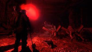 Un tunnel sombre avec une fusée éclairante révèle des corps sans vie suite à un conflit.
