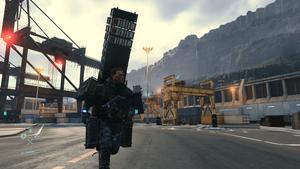 Sam avec une tour de cargo sur son dos, faisant environ deux fois sa taille.