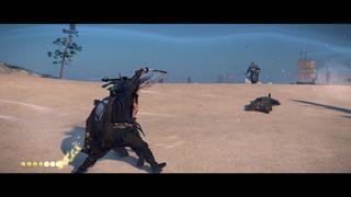 Jin tue un ennemi avec un coup habile de katana sur une plage tandis qu'un autre ennemi arrive.