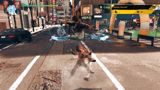 Yagami incapacite un Yakuza avec un coup de pied en ciseaux.