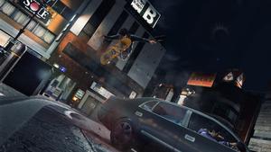 Yagami est sur un skateboard et évite de justesse d'être renversé par une voiture pleine de Yakuzas.