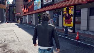 Yagami en pleine rue observant une femme au loin qu'il doit suivre pour une enquête.