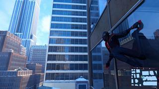 Spider-Man dans sa tenue 2099 sur un immeuble, où son reflet est visible dans la vitre contre laquelle il est, ainsi que les reflets des bâtiments aux alentours.