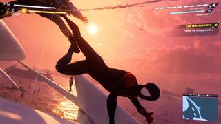 Spider Man en plein combat aérien, donnant un coup de pied à un ennemi qui semble plié en deux, pas par humour, avec le soleil couchant en arrière-plan.