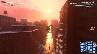 Miles en plein « vol » dans une rue qui donne sur le côté ouest de la ville vers la rivière Hudson, avec le soleil couchant qui colore la ville.