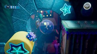 Notre personnage se trouve figé dans une grande bulle dans un niveau au thème sous-marin, entre un poisson à épine et une plate-forme avec trois petites bulles qui l'attendent.