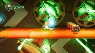 Sackboy est dans un niveau vu de profil, venant d'éviter un groupe d'ennemis à droite, passe en-dessous d'un laser, tout en continuant vers son objectif à gauche.