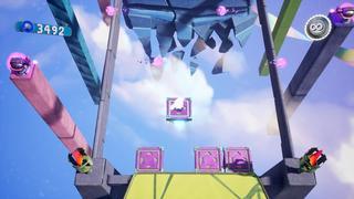 Sackboy sur une petite plateforme carrée avec quatre flèches, au-dessus du vide, évitant des tirs de plasma d'ennemis sur les côtés.