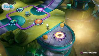 Sackboy sur une large plateforme en tissu avec plusieurs « vignettes » de niveau autour de lui, chacune ayant un indicateur du nombre d'Orbes débloquées.
