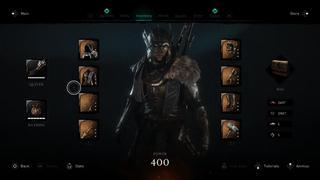 Capture du menu 'Inventaire' où l'on peut voir Eivor vêtue de la tête aux pieds d'équipement mythique, ainsi que d'un marteau légendaire et d'une excellente épée… le tout avec un indicateur de niveau de puissance à 400, le maximum.
