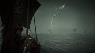 Plan rapproché de Eivor et son équipage sur sa chaloupe sur une mer agitée, un ciel gris et un éclair qui illumine la flotte…