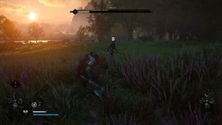 Dans une petite clairière, un fanatique de l'Ordre des Anciens tenant une lance vient d'infliger un coup à Eivor qui est quasiment au sol. L'interface du jeu est visible avec la barre de vie de l'ennemi en haut, les capacités dans les coins inférieurs, et un marqueur de verrouillage sur le fanatique.