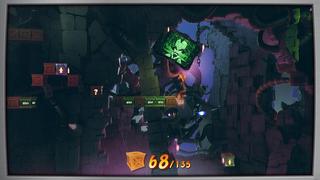 Crash saute sur une caisse au-dessu du vide avec plusieurs autres caisses devant lui, avec quelques caisses de nitro sur le chemin, dans le château de Cortex, qui le regarde à travers un écran teinté de vert et daté.