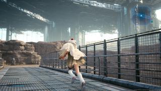 Yuffie, avec son costume de Mog, traverse en courant un pont, avec en arrière-plan le ciel couvert de Midgar et son pillier central.