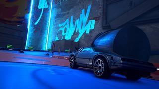 Un plan rapproché de la voiture de Retour Vers le Futur disponible dans le jeu dans une zone sombre avec un néon bleu qui illumine une partie de la voiture.