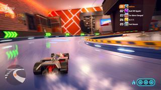 Vue en cours de jeu d'une voiture qui dérape dans un large virage.