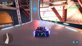 Une voiture roule sur un bout de piste magnétique fixé au plafond. Des petits arcs électriques indiquent ce magnétisme.
