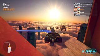 Sur un circuit dans un chantier de gratte-ciel, la piste a une rampe qui fait que notre voiture vole quelques instants, et au loin, un groupe d'immeubles qui percent un voile de nuages est visible avec un coucher de soleil en fond.