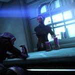 Tali est assise, intoxiquée par une boisson alien, à un comptoir de bar, de l'autre côté se tient Shepard qui la regarde avec attention.