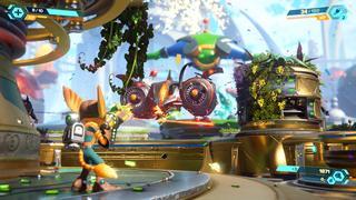Ratchet et Clank en plein combat, tirent sur un vaisseau ennemi en pleine ville durant une parade (un ballon Qwark géant est visible en fond)