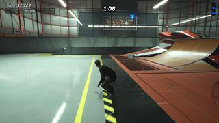 Tony Hawk se tient dans le niveau du hangar où l'on peut voir le logo de Neversoft sur le mur au fond, à travers la vitre géante.