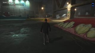 Tony Hawk est dans un skate park sous un pont, pendant une nuit pluvieuse, où les lumières sont très visibles sur certains bouts de niveau.