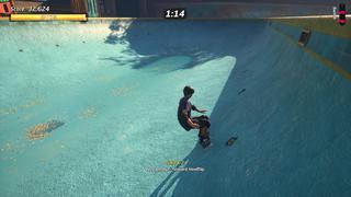 Tony Hawk se trouve dans une piscine vidée de son eau, juste après avoir effectué une figure, où nous pouvons voir des détails comme des feuilles mortes ou la texture du fond.